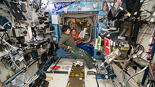 Durchlesen der Notfallprozeduren auf der ISS