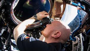 Blick ins All: Alexander Gerst in der ISS-Aussichtsplattform Cupola