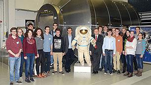 """bundesweiten Gewinnern von """"Jugend forscht"""" im Deutschen Raumfahrtkontrollzentrum in Oberpfaffenhofen"""