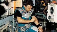 Reinhold Ewald während der Mission MIR '97 bei medizinischen Versuchen