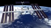 Das Alpha%2dMagnet%2dSpektrometer AMS wird außen an der ISS installiert (in der linken Bildhälfte rechts neben den vier großen Solarpanelen)