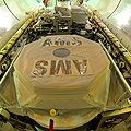 AMS%2dInstrument in der Ladebucht des Space Shuttles Endeavour