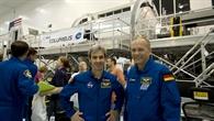 Die ESA%2dAstronauten Léopold Eyharts (links) und Hans Schlegel (rechts) vor dem Columbus%2dLabor
