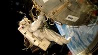 NASA%2dAstronaut Rex Walheim montiert Columbus an die ISS