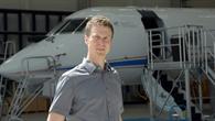 Frank Schreckenbach vor dem DLR%2dForschungsflugzeug HALO