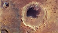 Schwarzes Dünenfeld im Krater Rabe