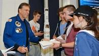 Die Autogramme der Astronauten waren bei den Schülern begehrt.