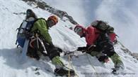 Gerlinde Kaltenbrunner und Ralf Dujmovits an einem Standplatz im Aufstieg nach Lager II