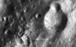 Schwarzweißbild des Kraters Claudia (Quelle: NASA/JPL%2dCaltech/UCLA/MPS/DLR/IDA.)