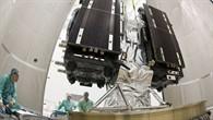 """Die beiden Galileo%2dSatelliten sind am Aussetzer%2dBauteil angebracht. Dieses Bauteil, in der Fachsprache """"satellite dispenser"""" genannt, wird mit den Satelliten auf dem Fregat%2dTransportmodul ins All gebracht. Es ist dafür verantwortlich, dass die Satelliten kurz nacheinander an ihren jeweiligen Positionen auf der Umlaufbahn ausgesetzt werden können. Der """"Erstgeborene"""" der beiden Zwillingssatelliten mit der Bezeichnung """"PFM"""" wurde am 04. Oktober 2011 auf der einen Seite des Bauteils montiert, der zweite Satellit """"FM2"""" am Tag danach auf der anderen."""
