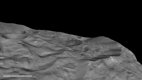 Perspektivische Ansicht eines Teils des Randes des Südpol%2dBeckens von Vesta (Quelle: NASA/JPL%2dCaltech/UCLA/MPS/DLR/IDA.)